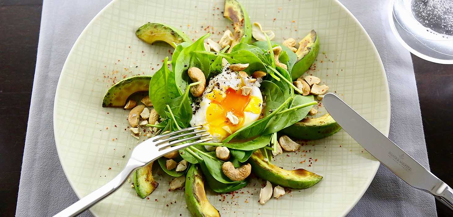 Alexander Herrmann Rezept Gebratene Avocado mit pochiertem Ei, Spinatsalat und gerösteten Cashewkernen