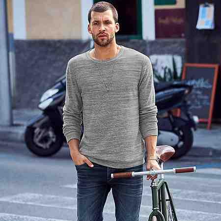 Zu den Pullovern.