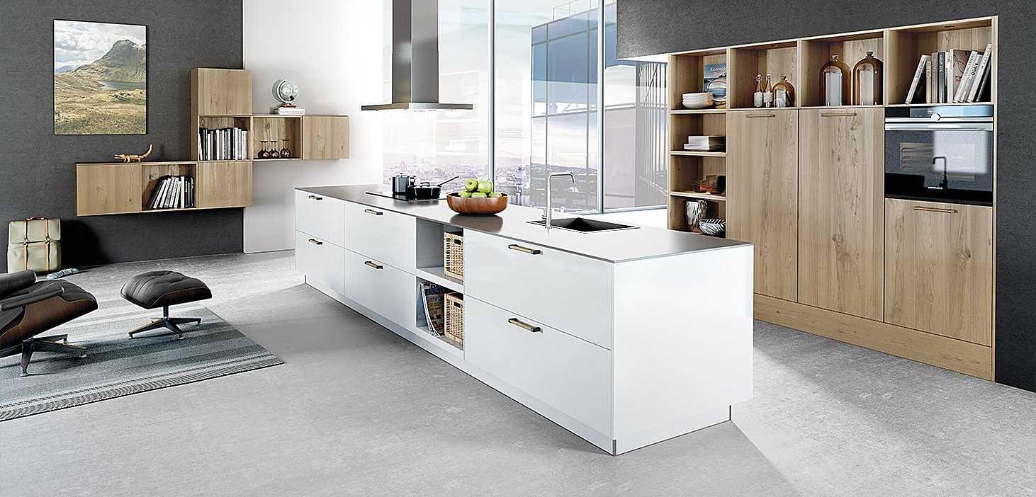 Wohnküche Materialmix in Weiß und Wildeiche Furnier