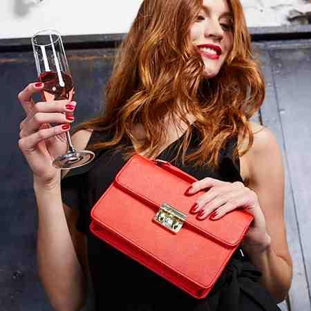 Glamouröser Auftritt: Entdecken Sie jetzt Damen-Abendmode, Accessoires und Schuhe für besondere Anlässe...
