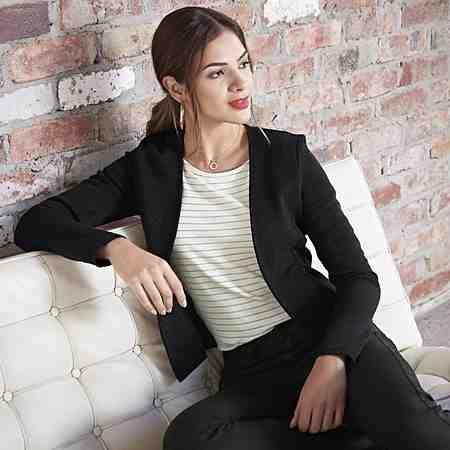 So gut kann Erfolg aussehen: Entdecken Sie jetzt die Damen-Business-Mode, elegante Anzüge, feminine Kostüme und edle Blusen...
