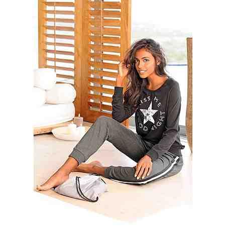 Damenpyjamas für kuschelige Nächte. Ob Flanell-, Baumwoll- oder Viskosepyjama - Hier  Sie Ihren Traum-Pyjama für erholsame Nächte.