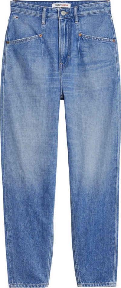 Tommy Jeans Mom-Jeans »MOM JEAN UHR TPRD AE632 MBC« mit modischer Taschenform & Tommy Jeans Logo-Badge