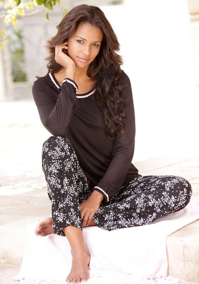 LASCANA Pyjama mit zartem Blümchenmuster in schwarz allover