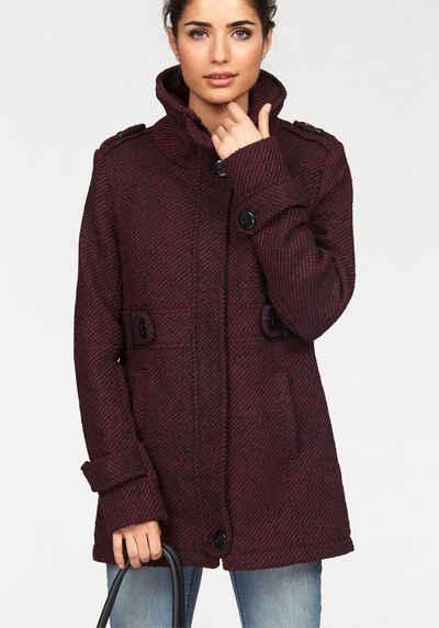 Roter mantel mit schwarzen knopfen