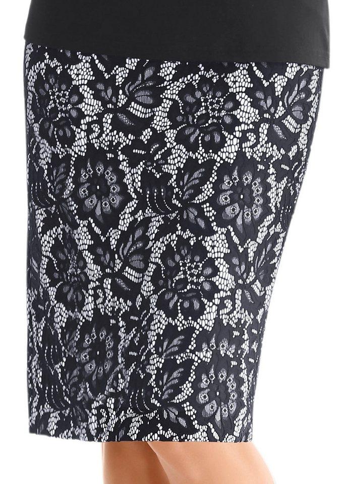 Alessa W. Rock mit Gehschlitz in schwarz-weiß