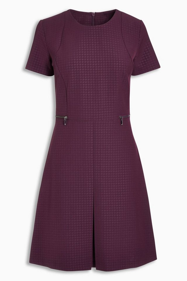 Next Business-Kleid mit Prägedetails in Beerenfarbe