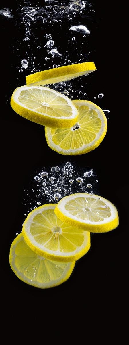 Eurographics Glasbild »Lemon Slices In Black Water«, 30/80cm