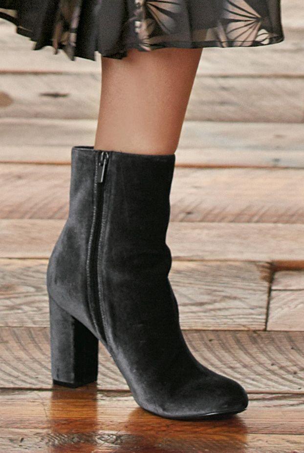 Next Stiefel aus Samt mit Blockabsatz in Grey