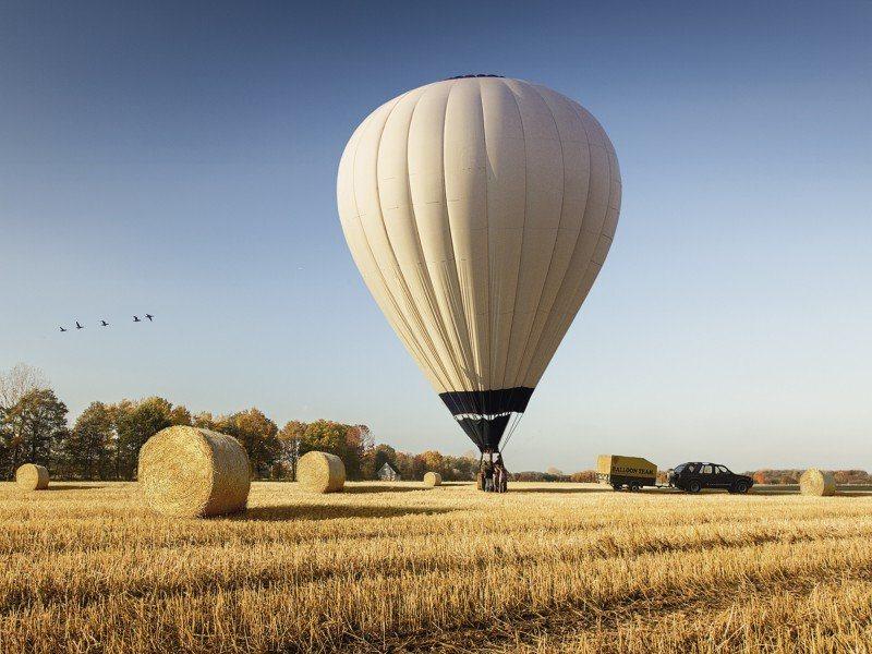 Artland Poster oder Leinwandbild »Fahrzeuge Ballonfahren Fotografie Blau« in Blau