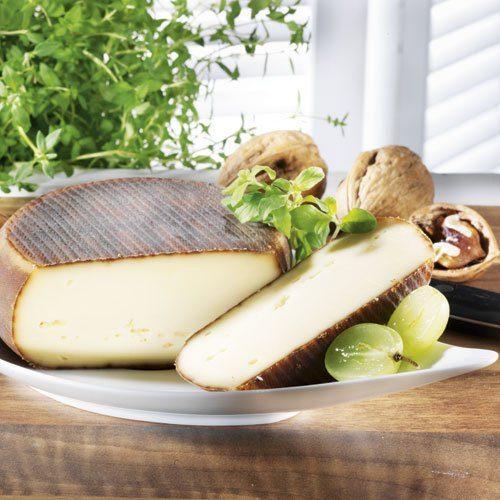 Fromi Käse mit Walnusslikör aus dem Périgord, im Stück