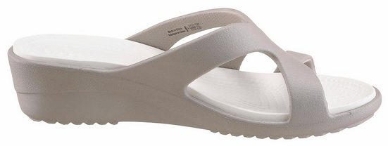 Crocs Sanrah Strappy Wedge Pantolette, mit ergonomisch geformten Fußbett