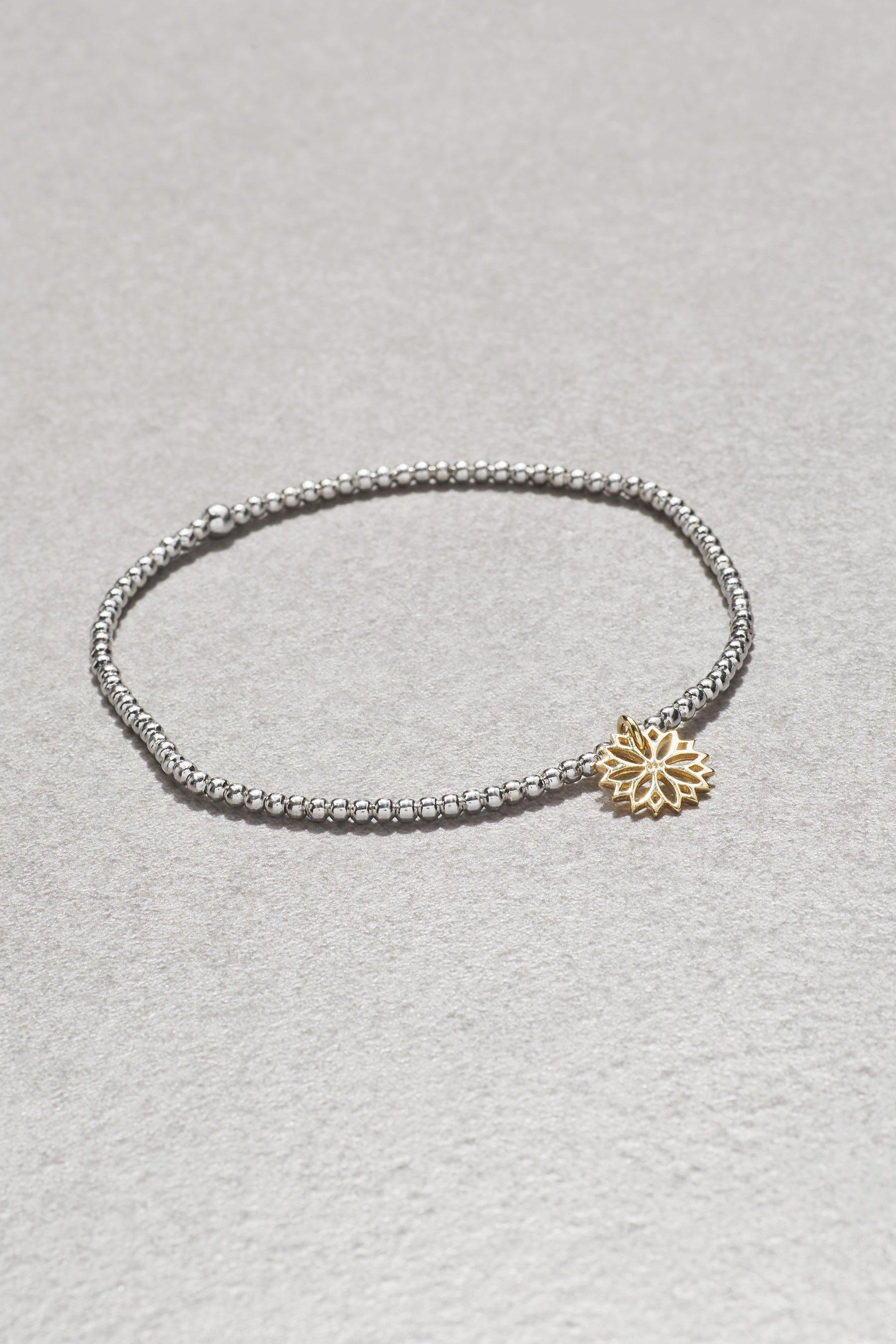 Next Armband mit Blumen-Charm und Perlendetails