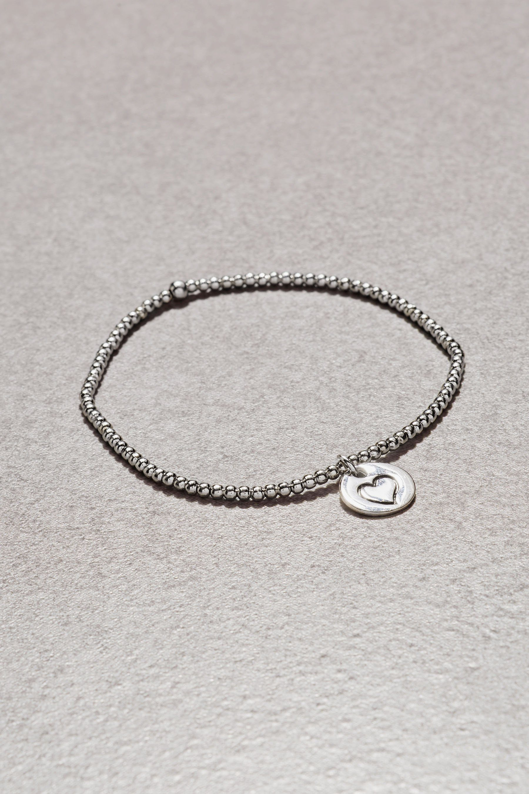Next Armband in Perlenoptik mit Herz-Charm
