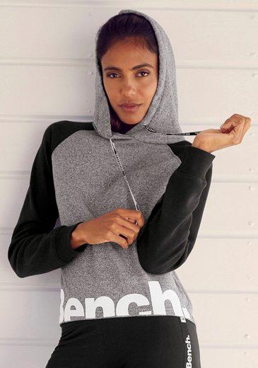Bench. Kapuzensweatshirt mit farblich abgesetzten Ärmeln und Logodruck