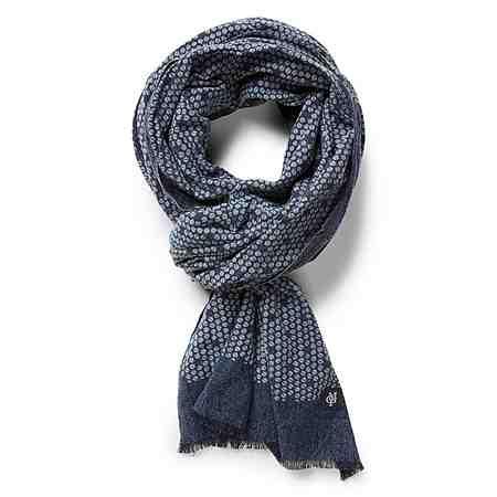 Tücher und luftige Schals komplettieren auch diese Saison wieder die Looks der Herren.