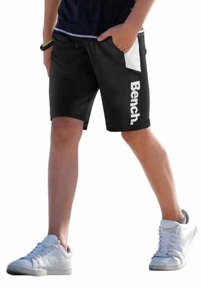 Bench. Trainingsshorts mit kontrastfarbenen Einsätzen, Logo-Druck und  Taschen f313a5a65f