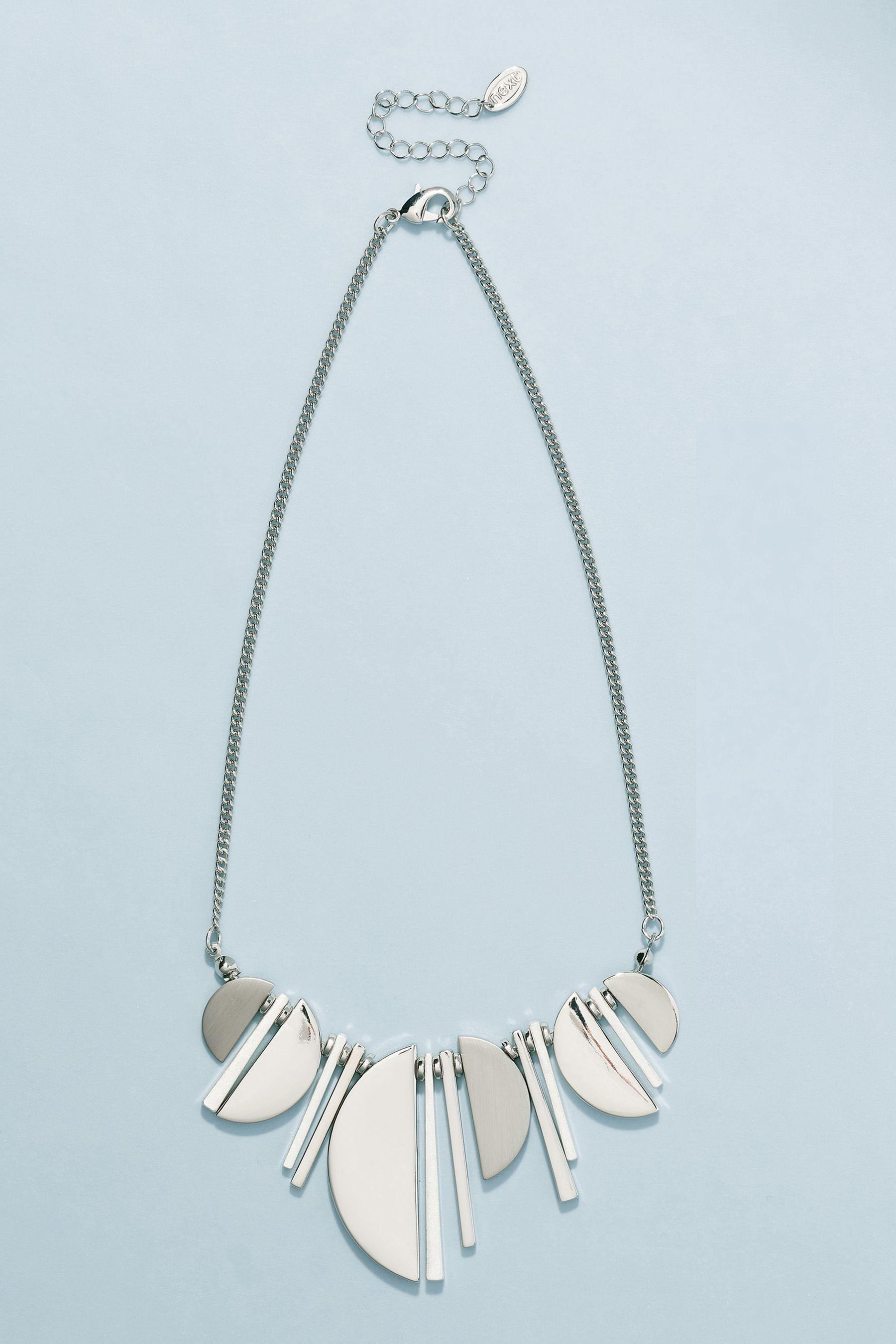 Next Kurze Halskette mit geometrischen Anhängern