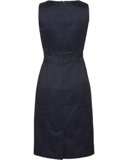Brigitte von Schönfels Kleid mit Taillenbetonung