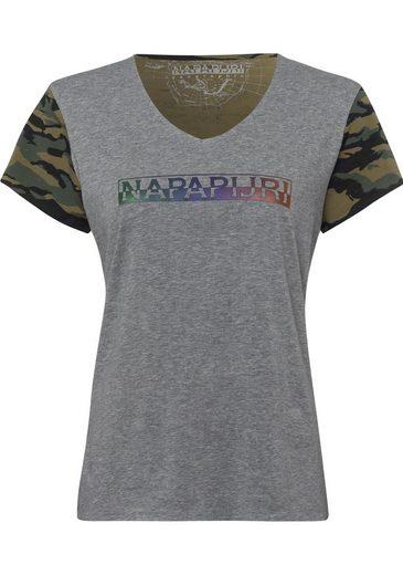 Napapijri V-Shirt Soury, mit Tarnmuster und großem Logodruck vorn