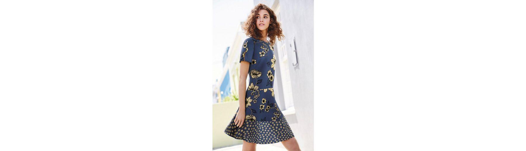 Next Bedrucktes Kleid mit schwingendem Sch枚脽chensaum
