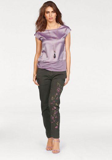 Laura Scott Webhose, mit Blütenstickerei