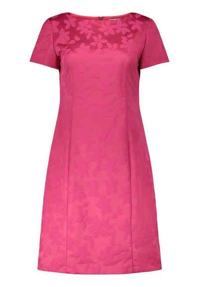 Pinkes kleid mit schleife