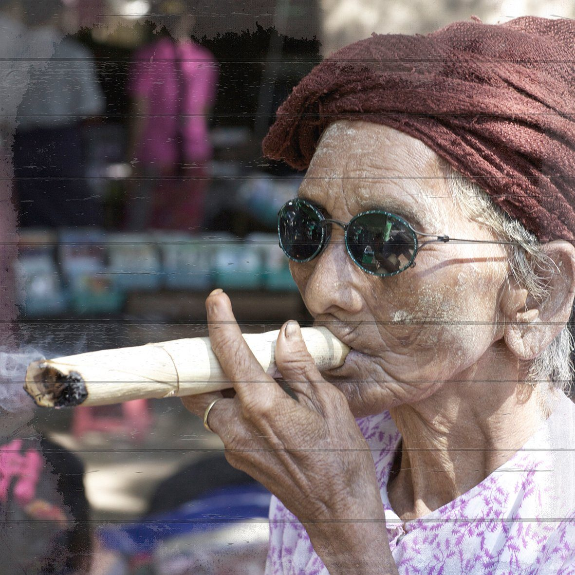 QUEENCE Holzbild »Cubanische Frau mit Zigarre«, 40x40 cm Echtholz