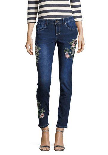 Jeans Dessinés Avec Des Applications De Rose