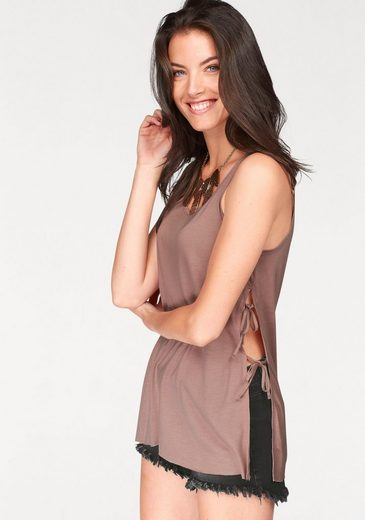 Aniston Tanktop, Sideways To Close With Ribbons