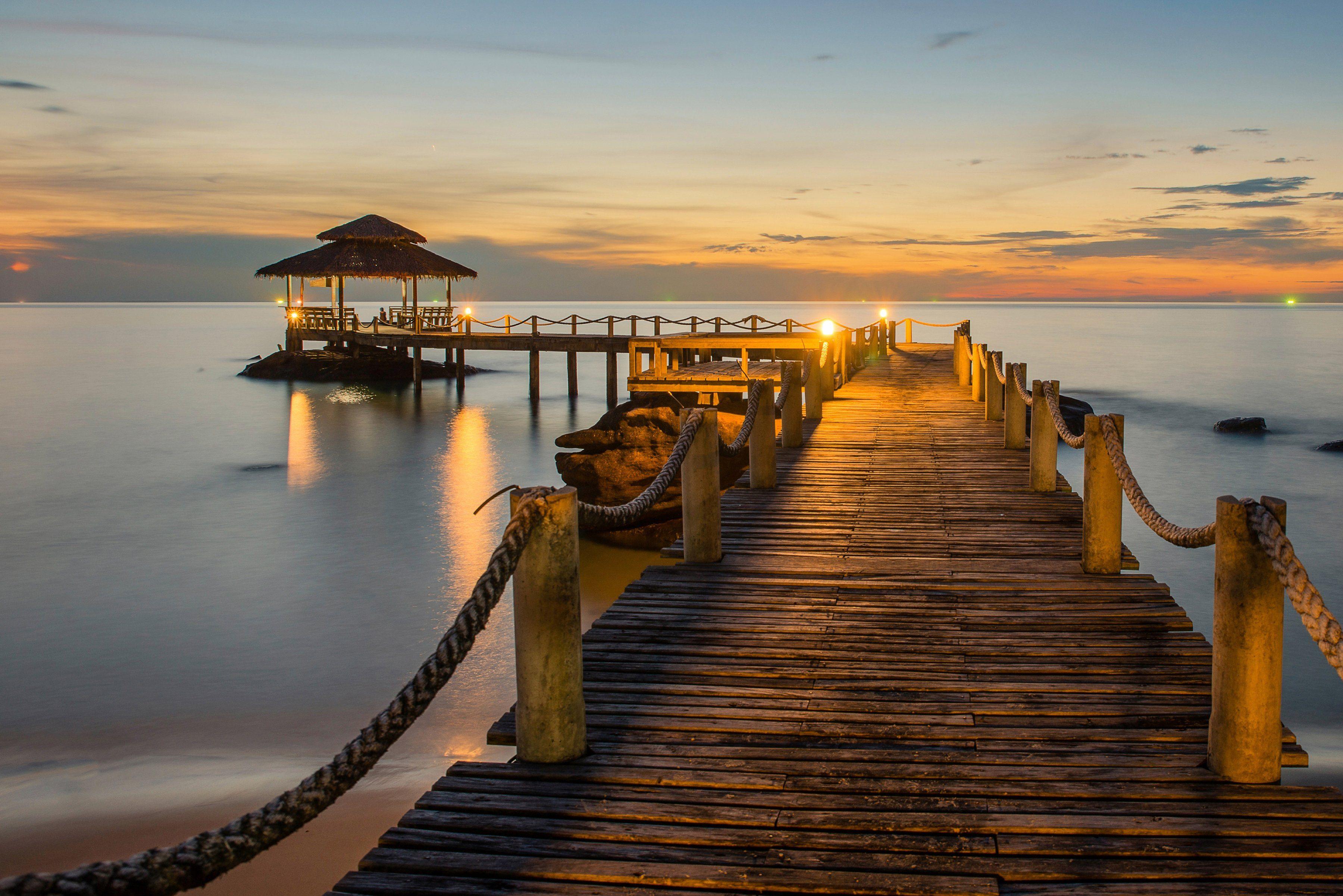 PAPERMOON Fototapete »Wooded bridge pier between sunset«, Vlies, 7 Bahnen, 350 x 260 cm
