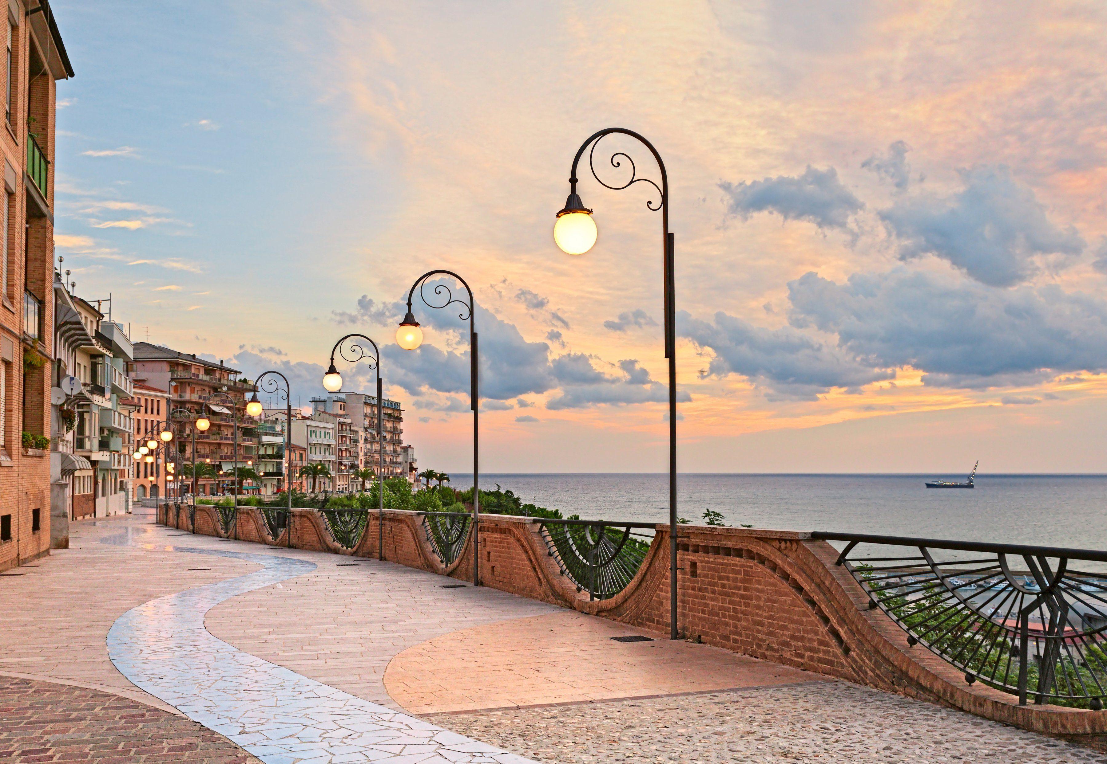 PAPERMOON Fototapete »Seafront in Ortona, Abruzzo«, Vlies, 7 Bahnen, 350 x 260 cm