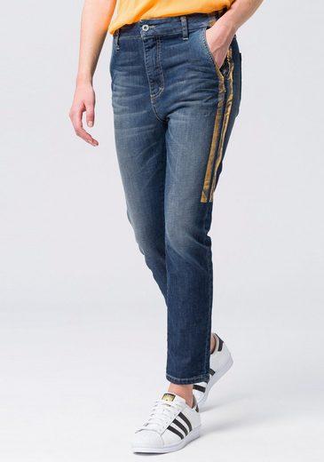 Please Jeans Boyfriend-Jeans mit goldfarbenen Gallonsteifen