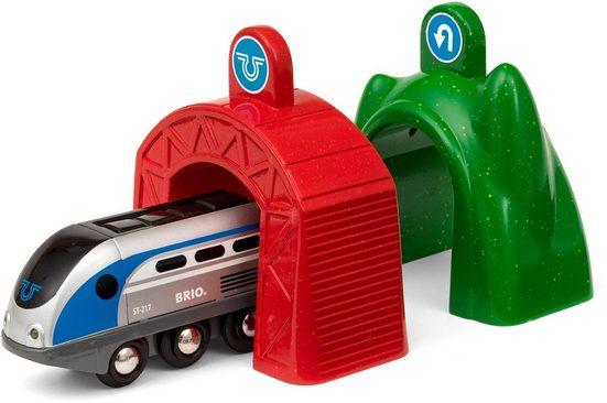 BRIO® Spielzeug-Eisenbahn »BRIO® WORLD Smart Tech Zug mit Action Tunnels«, mit Licht und Soundfunktion