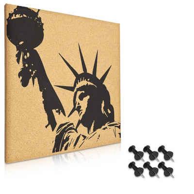 Navaris Pinnwand, Korkwand 40x40cm - Pinboard Korkplatte Tafel - Korktafel im Freiheitsstatue Design - Memo Wand inkl. 6 Pins