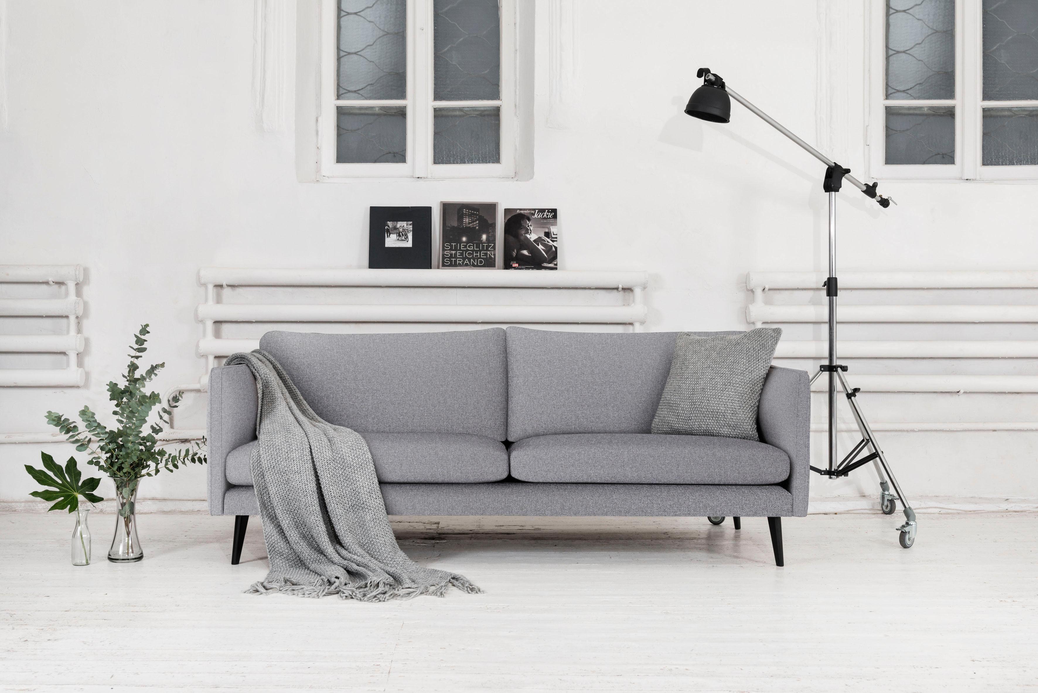 Places of Style 3-Sitzer »Vasa«, mit Holzfüßen und losen Kissen. Mit Keder