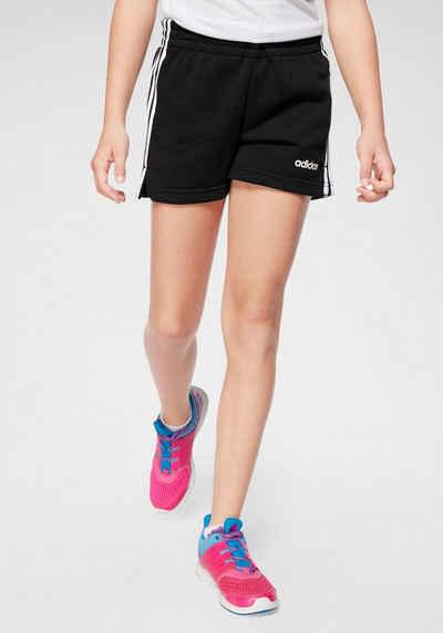 Weißes Mädchen kurze Shorts