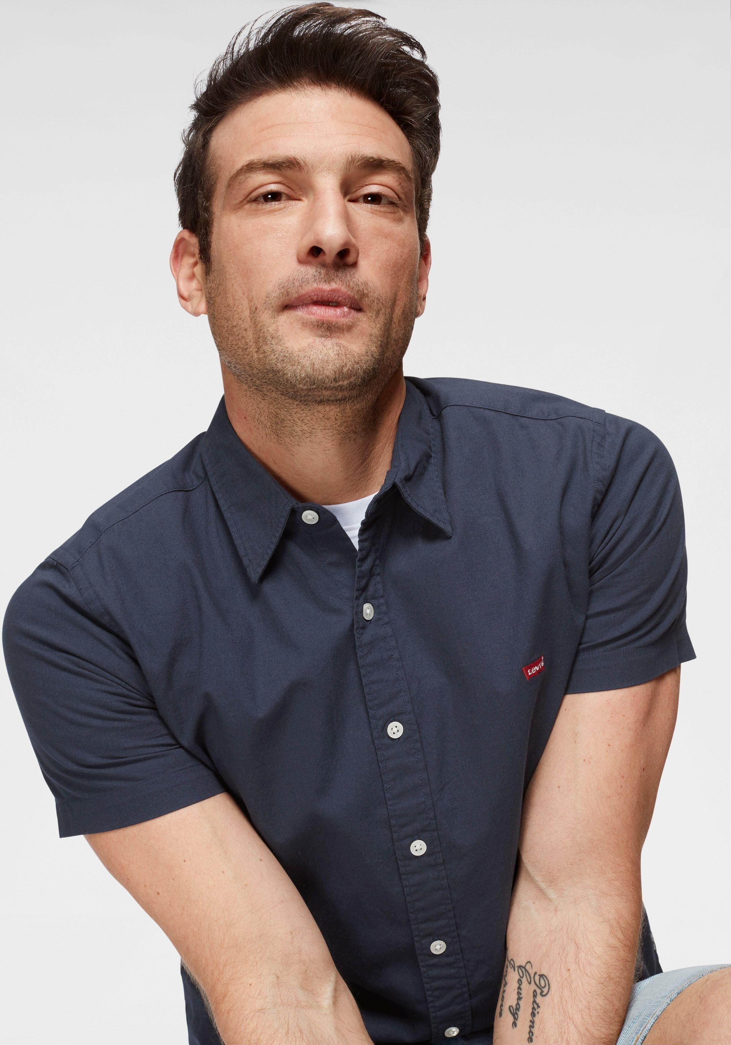 Levi's® Kurzarmhemd mit Markenlabel auf der Brust