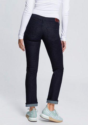 TOMMY JEANS Straight-Jeans »MID RISE STRAIGHT SANDY NRST« mit Tommy Streifen auf der Coinpocket & Tommy Badge