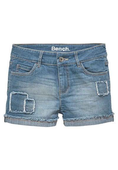 Bench. Jeansshorts mit modischen Badges