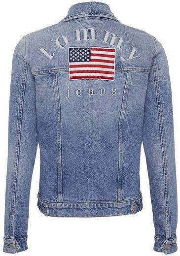 TOMMY JEANS Jeansjacke »REGULAR TRUCKER JACKET TJUSA« mit aufwendiger Flaggen & Tommy Jeans Logostickerei auf dem Rücken