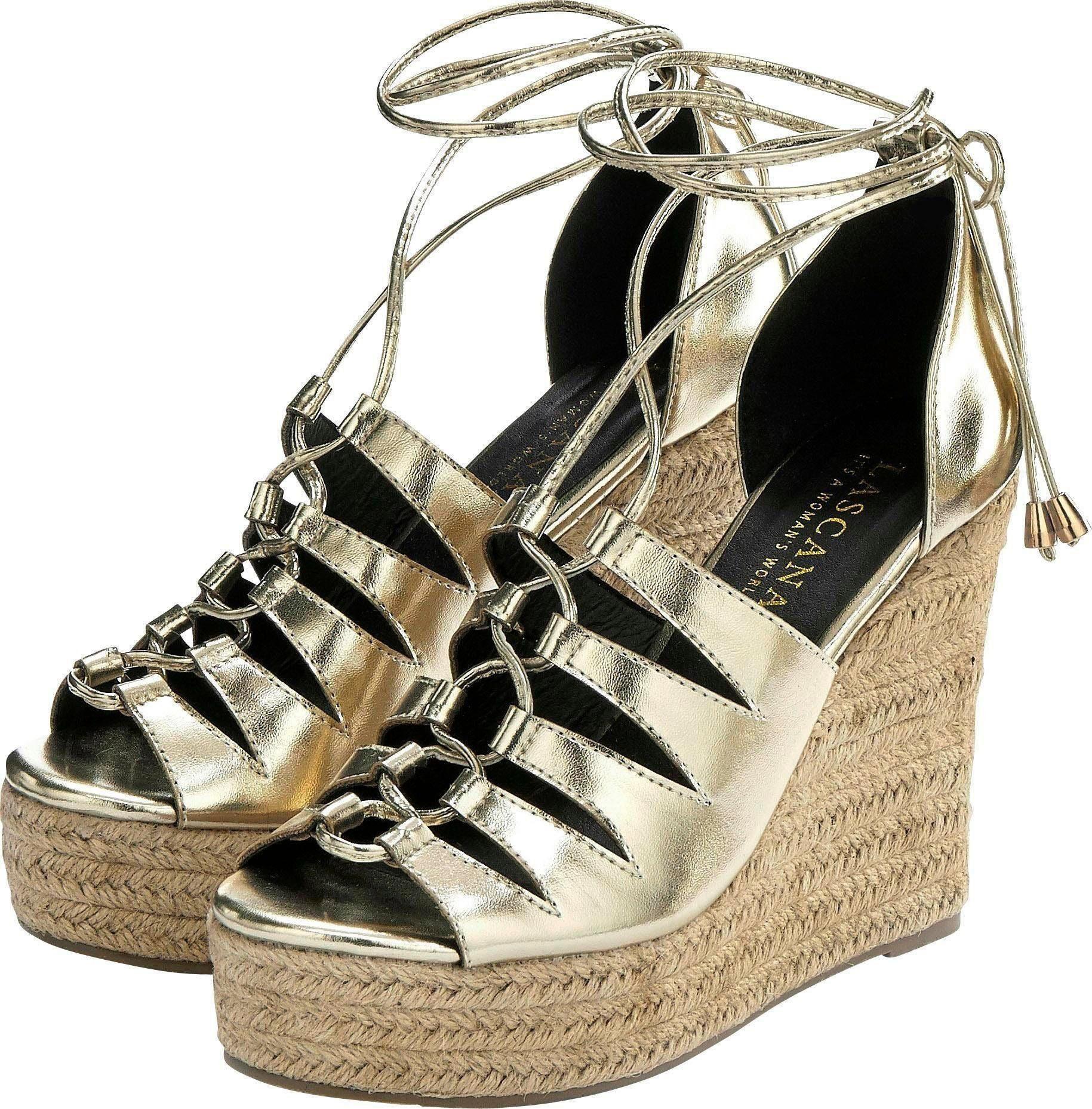 Nietenbesetzte Schuhe mit Keilabsatz und schmalen Riemchen