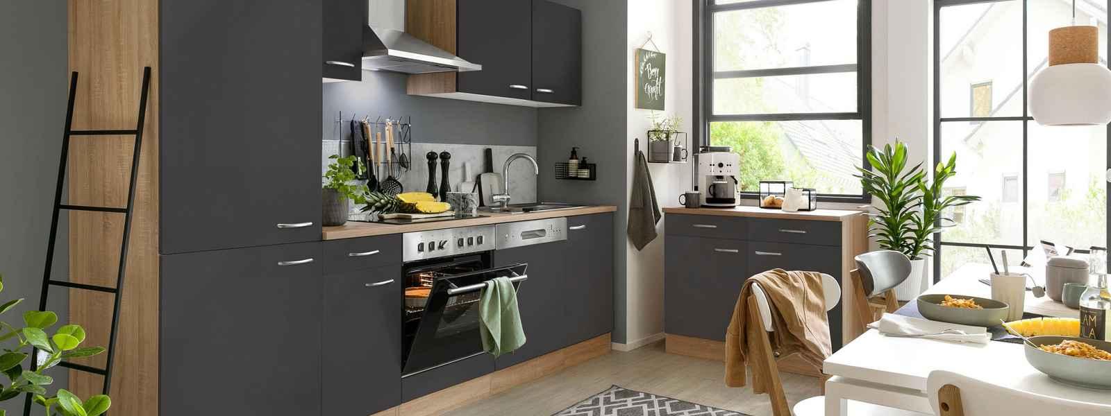 Küchenzeilen mit Geräten