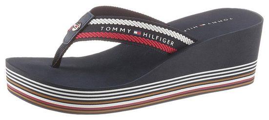TOMMY HILFIGER »STRIPY WEDGE BEACH SANDAL« Zehentrenner mit bunten Streifen am Absatz