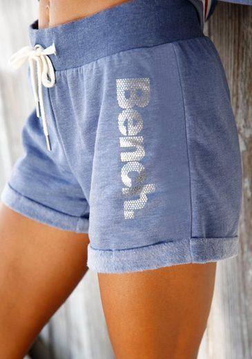 Bench. Shorts mit Tapestreifen und Logodruck in Metalloptik
