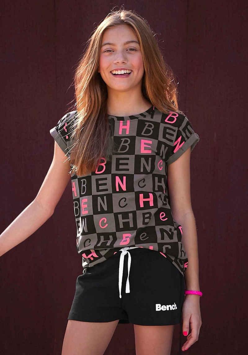 Bench. T-Shirt in legerer Passform