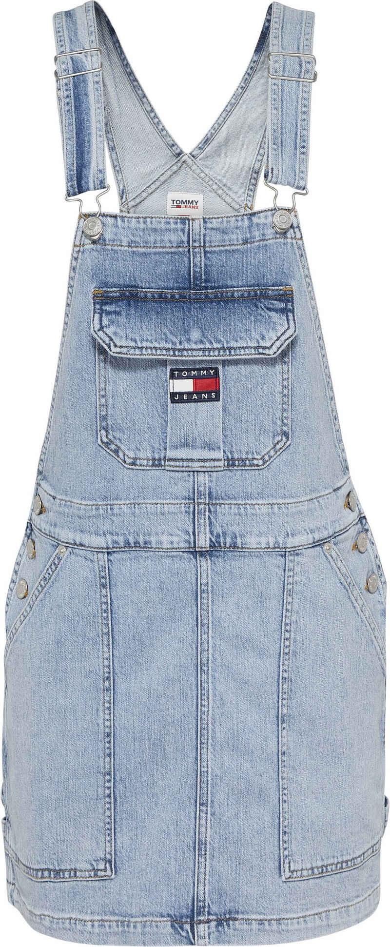 Tommy Jeans Latzkleid »CARGO DUNGAREE DRESS TJLLBC« mit verstellbaren Trägern & Tommy Jeans Logo-Badge