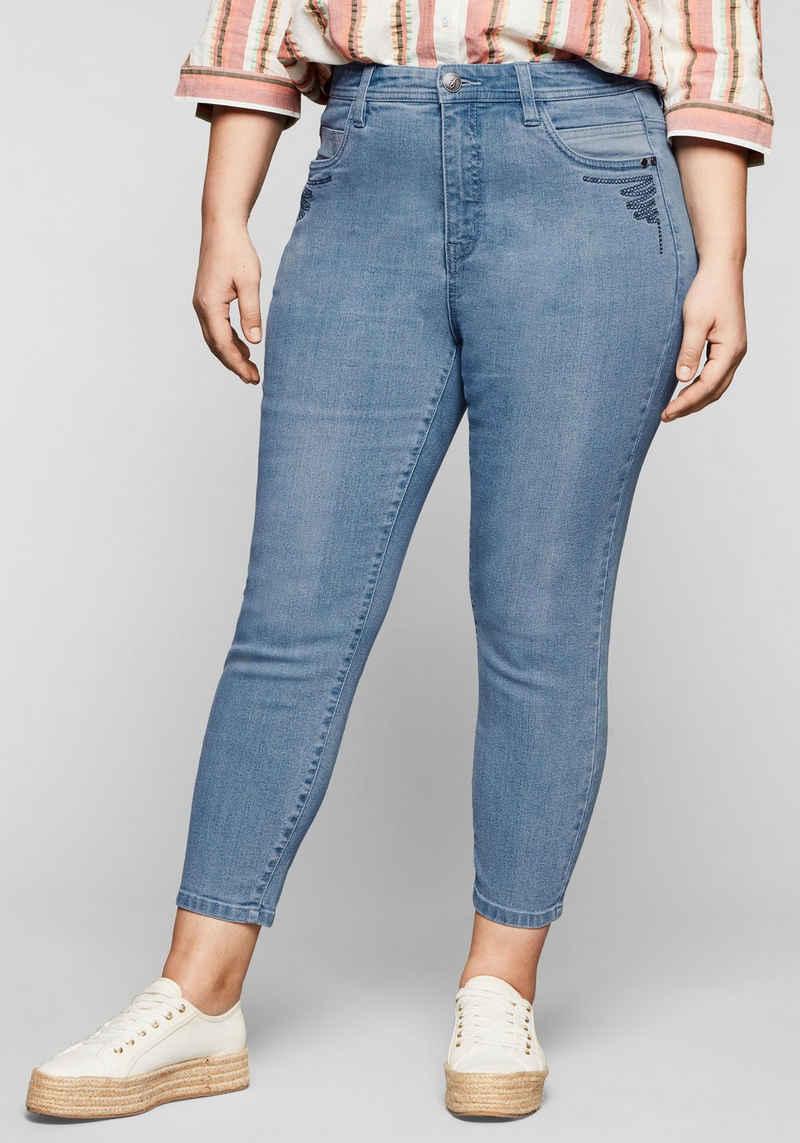 Sheego Stretch-Jeans in 7/8-Länge, mit Stickerei vorn