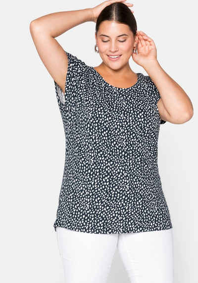 Sheego Rundhalsshirt mit Alloverdruck und gelegten Falten