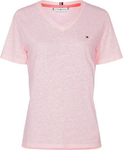 TOMMY HILFIGER V-Shirt »REGULAR V-NK TOP SS« mit schmalem Ringel allover & Tommy Hilfiger Logo-Flag